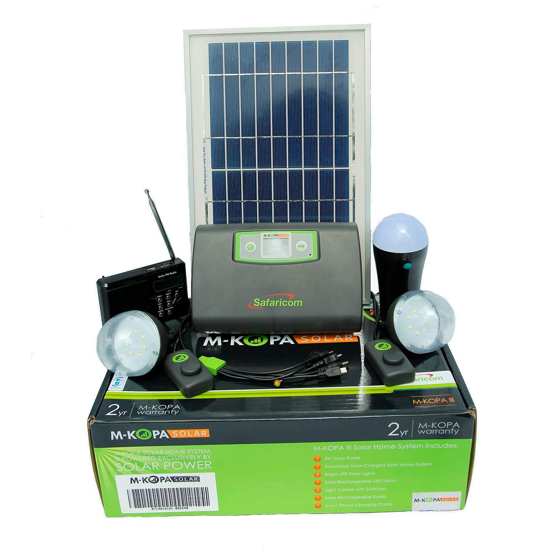 Auf dem Bild sind Solarpanele, Kabel und Lampe des Solar Power Kits von M-Kopa zu sehen.