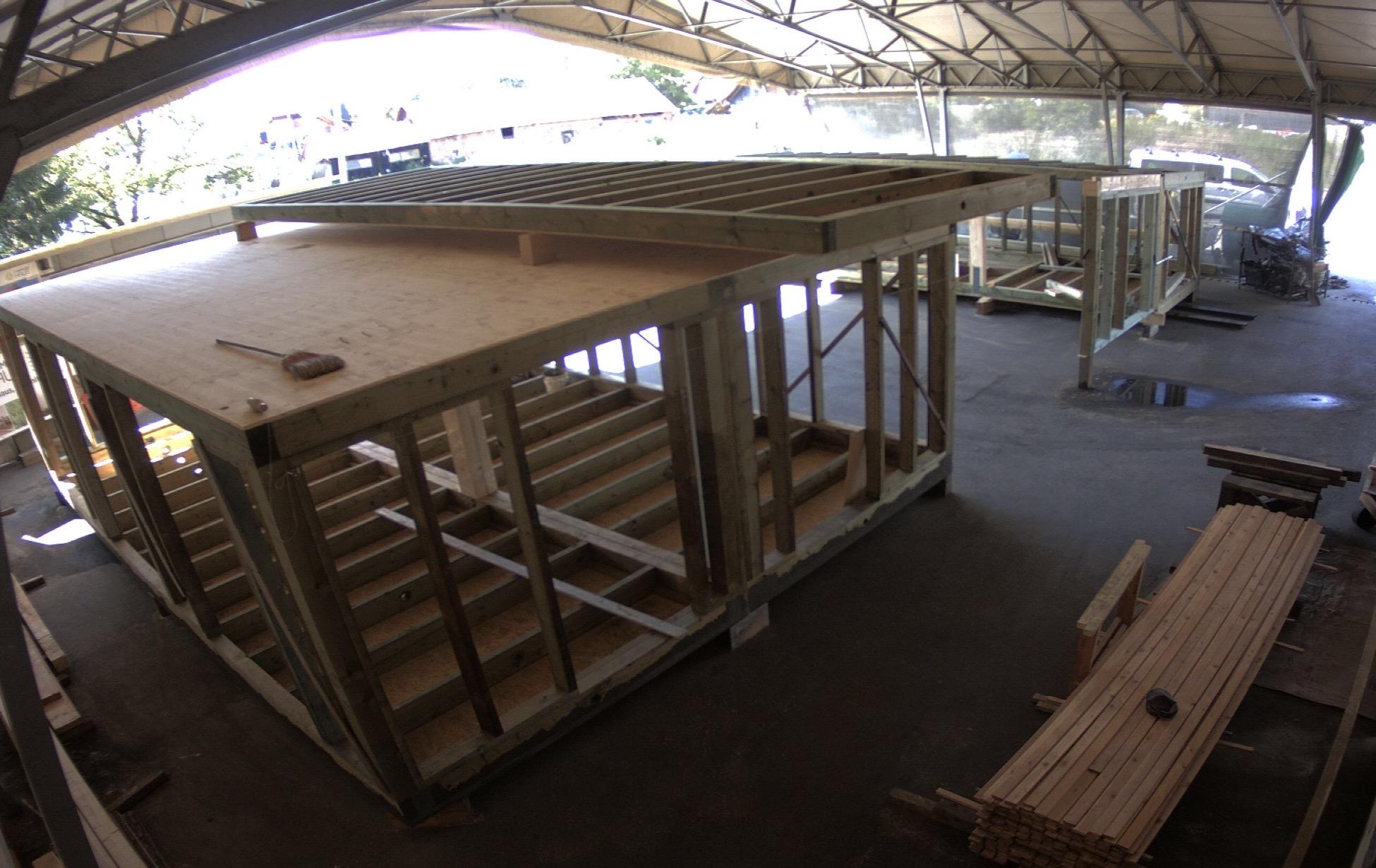 Ein Modulhaus von Commod-Haus während der Produktion zu sehen
